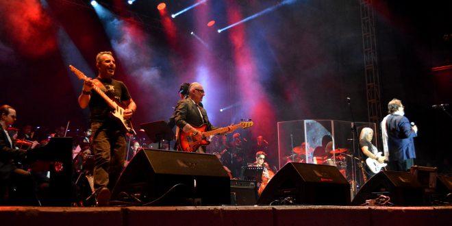Rock en tu Idioma Sinfónico sacude de nostalgia al Multiforo de la FENAZA