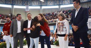 Entregan becas Benito Juárez a 4 mil 500 jóvenes de la BUAZ