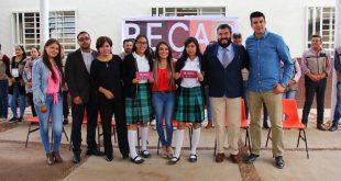 Recibe alumnado del Cobaez becas Benito Juárez