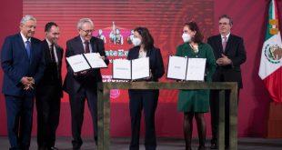 Presidente firma acuerdo con farmacéuticas para anticipar compra de vacunas contra COVID-19