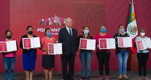 Presidente presenta a tesoreras de escuelas ganadoras de premios del sorteo del avión