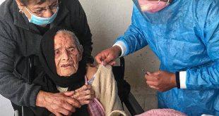 Doña Gregoria, de 102 años, recibió la vacuna contra el COVID-19 en Calera, Zacatecas